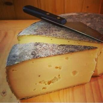 La tomme à la robe noire est affinée entre 3 et 6 mois. Sa pâte moelleuse et aérée distingue ce fromage léger en bouche et aux saveurs subtiles caractéristiques des fromages de Franche-Comté.