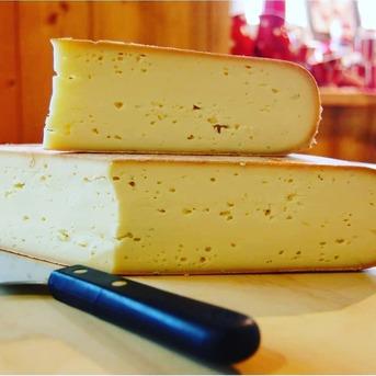 La raclette est un fromage au lait cru qui se distingue par sa pâte dorée et onctueuse, d'une douceur remarquable. Elle se déguste très bien chaude, fondue sur des pommes de terre et accompagnée de charcuterie comtoise. Ce fromage d'une très grande finesse sait ravir tous les palais.