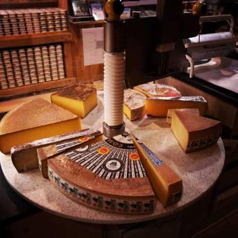 Choisir un fromage à la coupe c'est opter pour un produit frais et sur mesure. 🧀  Nos équipes sont aussi à votre écoute afin de vous conseiller selon vos envies et vos besoins.   Rendez-vous au Relais du Terroir - la Vrine à Goux-les-Usiers.📍